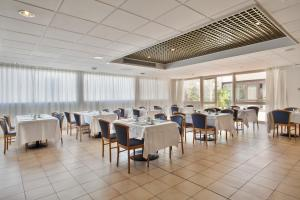 A restaurant or other place to eat at Quality Reus