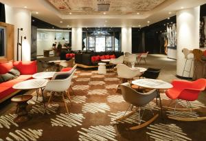The lounge or bar area at ibis Portsmouth