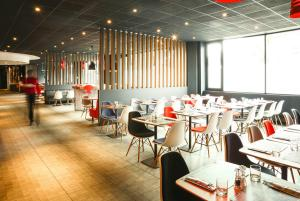 A restaurant or other place to eat at ibis Portsmouth