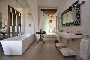 A bathroom at V... Boutique Hotel
