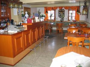 Ein Restaurant oder anderes Speiselokal in der Unterkunft Gasthaus zur Krone