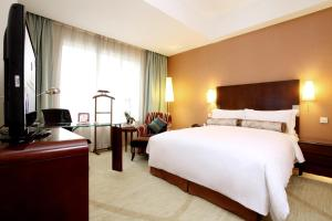 A bed or beds in a room at Grand Mercure Beijing Central