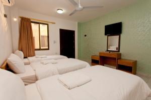 Een bed of bedden in een kamer bij Arab Divers Dive Center and Bed & Breakfast
