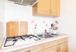 Кухня или мини-кухня в Апартаменты на Джигитской
