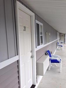 A balcony or terrace at Watkins Motel