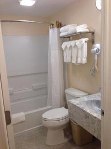 A bathroom at Watkins Motel