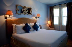 A bed or beds in a room at Hotel 1110