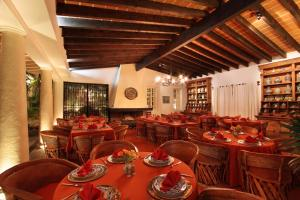 A restaurant or other place to eat at Hotel Boutique La Casa Azul