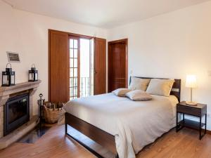 A bed or beds in a room at Cerca dos Passais