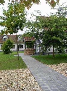 A garden outside Nature & Art Hotel Kastell