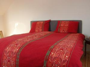 A bed or beds in a room at Nature & Art Hotel Kastell