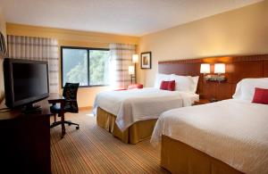 A bed or beds in a room at Courtyard Sacramento Airport Natomas