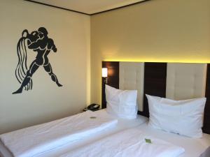 Ein Bett oder Betten in einem Zimmer der Unterkunft Hotel Zum Rosengarten