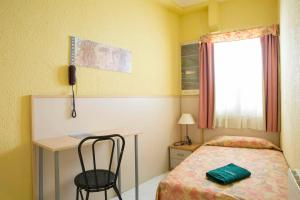 A bed or beds in a room at Hostal Alhambra Tarragona