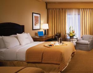 A bed or beds in a room at DoubleTree by Hilton Chicago O'Hare Airport-Rosemont