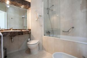 A bathroom at Quality Reus