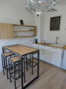 A kitchen or kitchenette at L' Appart du Marché