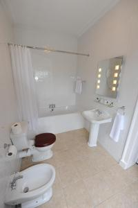 A bathroom at Kings Croft Hotel