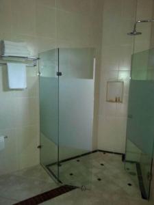 A bathroom at Hotel y Suites Los Encantos