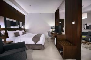 A bed or beds in a room at Neo Denpasar by ASTON