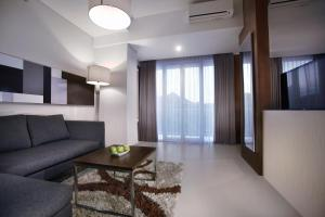 A seating area at Neo Denpasar by ASTON