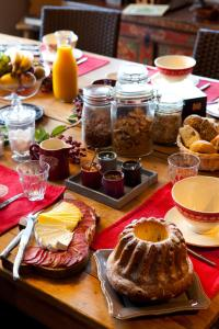 Breakfast options available to guests at Chambre d'hôtes La Forestière