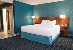 A bed or beds in a room at Fairfield Inn & Suites by Marriott Charlotte Uptown