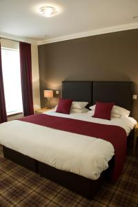 A bed or beds in a room at Somerton House Hotel