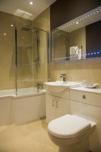 A bathroom at Somerton House Hotel