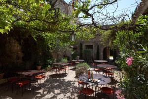 A restaurant or other place to eat at Hotel De L'Atelier