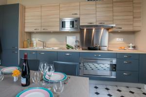 A kitchen or kitchenette at La Dixmeresse