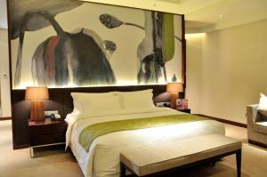 A bed or beds in a room at Crowne Plaza Guangzhou City Centre