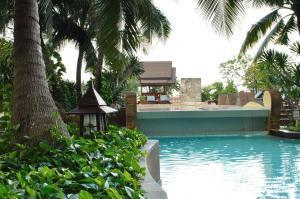 Het zwembad bij of vlak bij Century Park Hotel