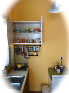 O bucătărie sau chicinetă la Apartments Karpetis a green paradise