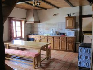 A kitchen or kitchenette at Gîte la Ferme