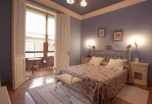 A bed or beds in a room at Hotel Villa de Luarca