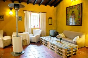 A seating area at Hotel Rural Histórico El Vaqueril