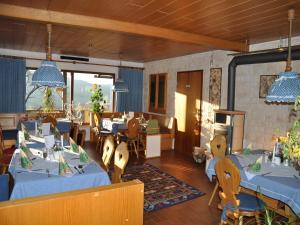 Ein Restaurant oder anderes Speiselokal in der Unterkunft Landhaus Harmonie