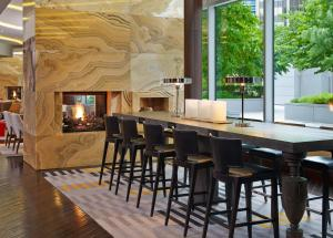 The lounge or bar area at Le Meridien Arlington