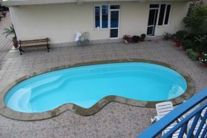Вид на бассейн в КраМан Гостевой Дом или окрестностях