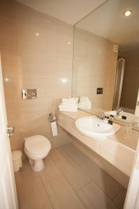 A bathroom at Earl of Desmond Hotel