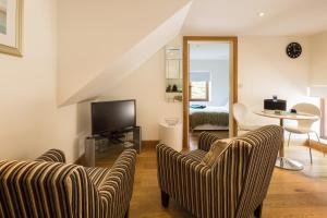 A seating area at Ashbrook Lets Apartments