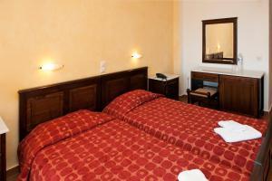 Un pat sau paturi într-o cameră la Hotel Apollon
