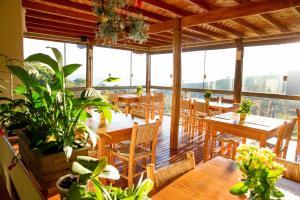 Um restaurante ou outro lugar para comer em Pousada Morro Verde