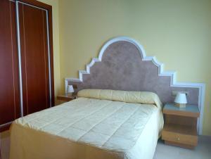 A bed or beds in a room at Apartamentos Suites Oficentro