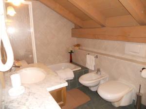 A bathroom at Residence Villa Avisio
