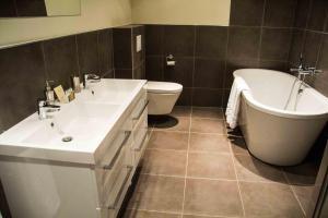 Salle de bains dans l'établissement Loire Valley Retreat - Château de Chargé
