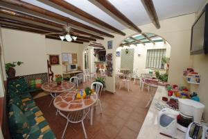 A restaurant or other place to eat at Hostal Azahara