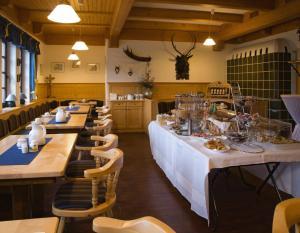 Ein Restaurant oder anderes Speiselokal in der Unterkunft Hotel Hembacher Hof