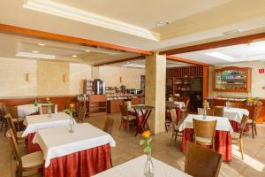 A restaurant or other place to eat at Hotel Noguera El Albir